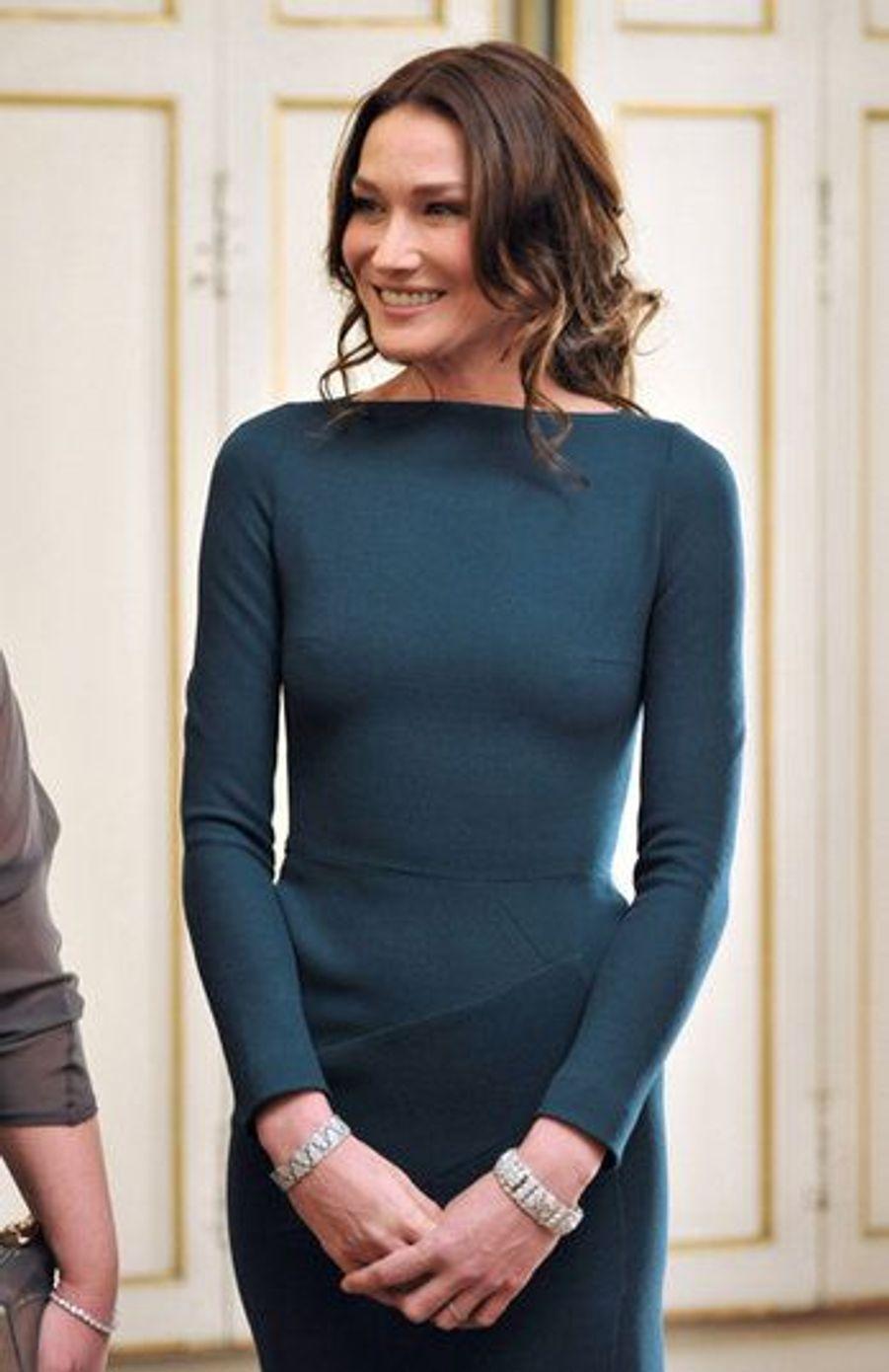 En mars 2010, la presse anglo-saxonne n'a pas été tendre envers Carla Brun-Sarkozy, remarquant que la première Dame de France ne portait pas de soutien-gorge dans sa magnifique robe moulante du créateur Roland Moulet.