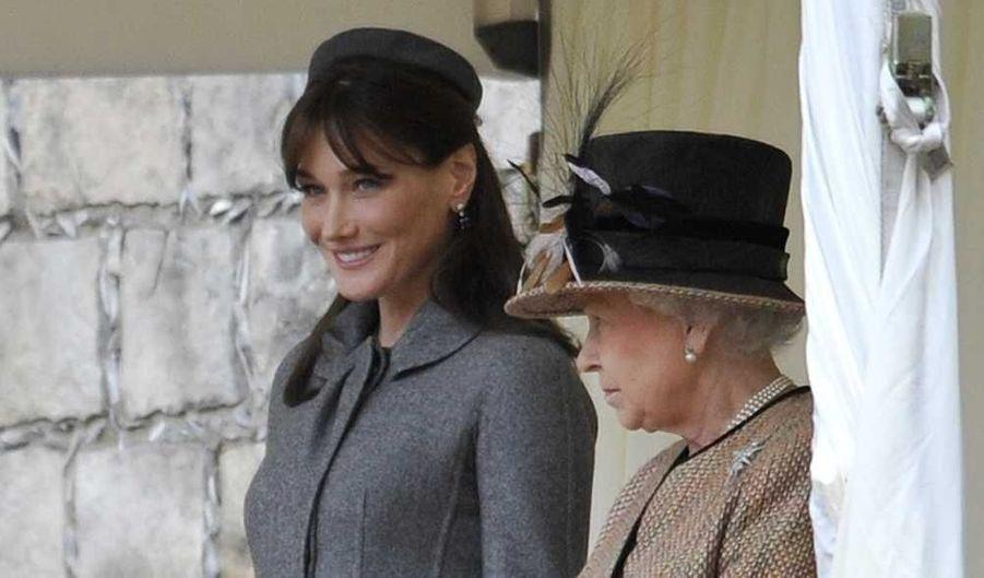 Pendant les cinq ans de mandat de son mari, Nicolas Sarkozy, Carla Bruni a représenté la France avec beauté. Retour sur cinq années d'élégances vestimentaires de la Première dame. Dès sa première sortie officielle, la chanteuse que le monde attendait au tournant a été saluée pour son sans faute, en Dior, chez la reine d'Angleterre, à Londres. (mars 2008)