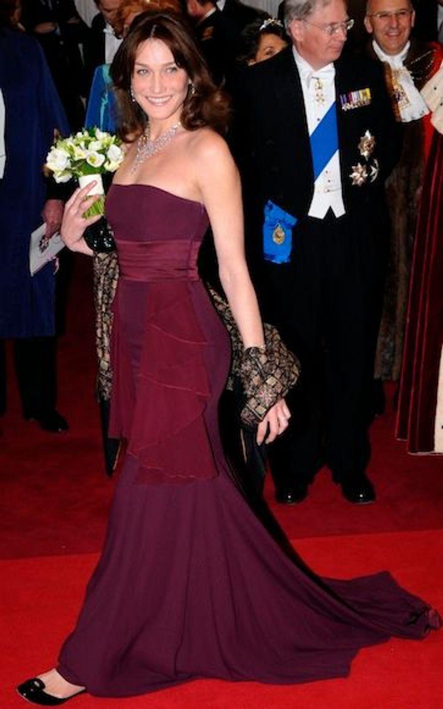 En tant qu'ambassadrice française, Carla Bruni-Sarkozy est restée en Dior le soir pour lebanquet des Windsor.