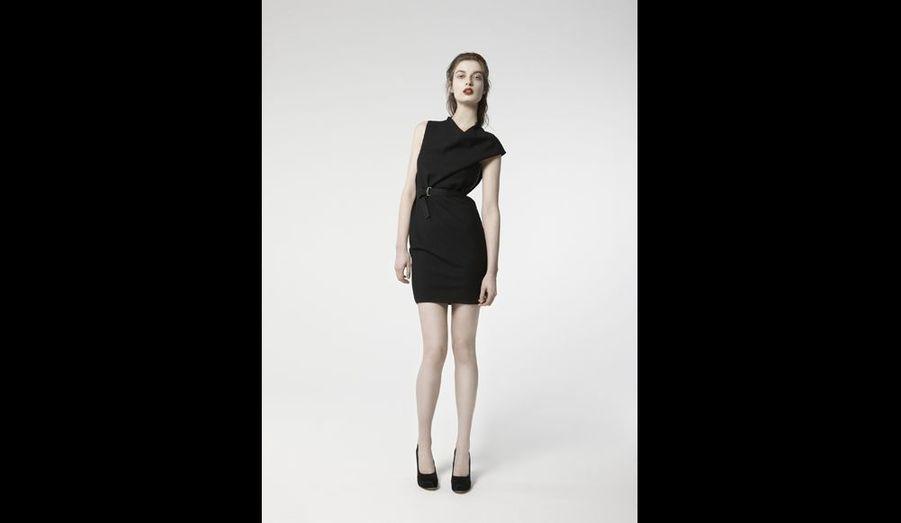 Belle gabardine pour cette autre version de la petite robe noire avec une discrète asymétrie, elle est parfaite.prix: 290 euros