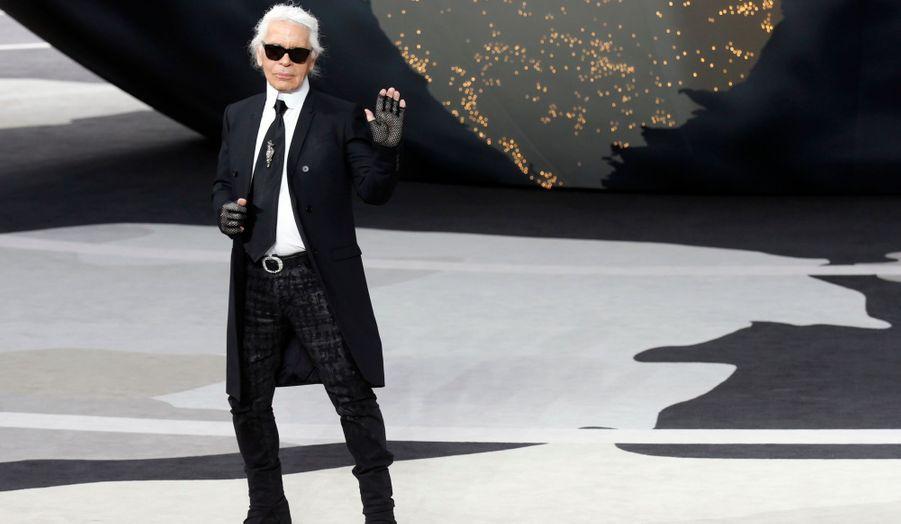 Le salut de Karl Lagerfeld
