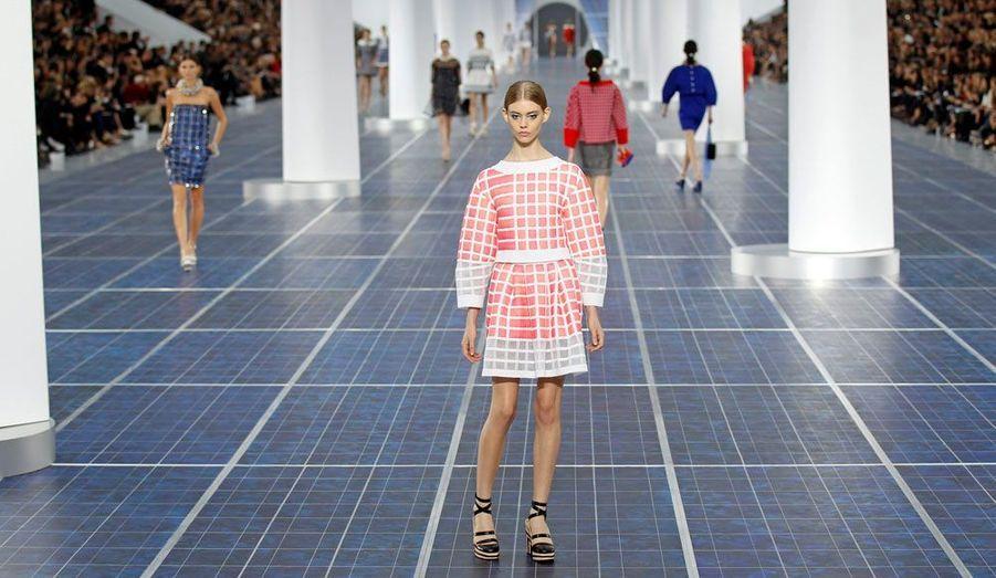 Chanel n'a pas fait les choses à moitié pour sa collection prêt-à-porter printemps-été 2013. Ce mardi, Karl Lagerfeld a présenté ses tenues sous la verrière du Grand Palais à Paris, remplie pour l'occasion de… treize éoliennes. Un coup de frais a soufflé dans la salle, mais aussi sur les tenues puisque le créateur allemand a misé sur des vêtements volumineux particulièrement modernes. Cette saison, le traditionnel tailleur en tweed se porte coloré, les petits robes, elles, arrivent toutes au-dessus du genou et sont mises en valeur grâce à un jeu de formes très audacieux. De son côté, le petit sac Chanel, pièce maitresse de la maison de couture, se transforme pratiquement en une œuvre d'art.