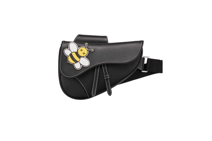 Saddle bag avec abeille redessinée par Kaws, collection homme, Dior, 2 200 €.