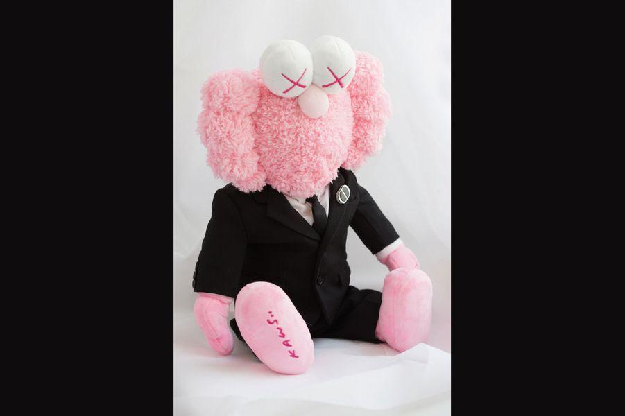 Kaws pour Dior HommeIssu de la scène new-yorkaise du graffiti, Kaws et ses figurines aux accents pop art étaient les invités du premier défilé de Kim Jones chez Dior Homme, en juin 2018. Ce street artiste est connu pour son personnage Companion, croisement entre Mickey, les Simpson et une tête de mort, imaginé en 1999. Il a fait l'objet d'installations monumentales au Rijksmuseum, à Amsterdam ou, récemment, dans la baie de Hongkong. Pour la maison de l'avenue Montaigne, il a créé le désormais célèbre personnage BFF. C'est cette sculpture tout en fleurs format XXL qui a accueilli le public lors de son défilé, avant de devenir une des stars de la nouvelle campagne Dior Homme. Il a aussi redessiné un des symboles chers à M. Dior, l'abeille. Il en donne une version « cartoonesque », essaimée dans un nouveau vestiaire de classiques. Une autre manière de s'initier au street art avec des accessoires en série limitée. dior.com.