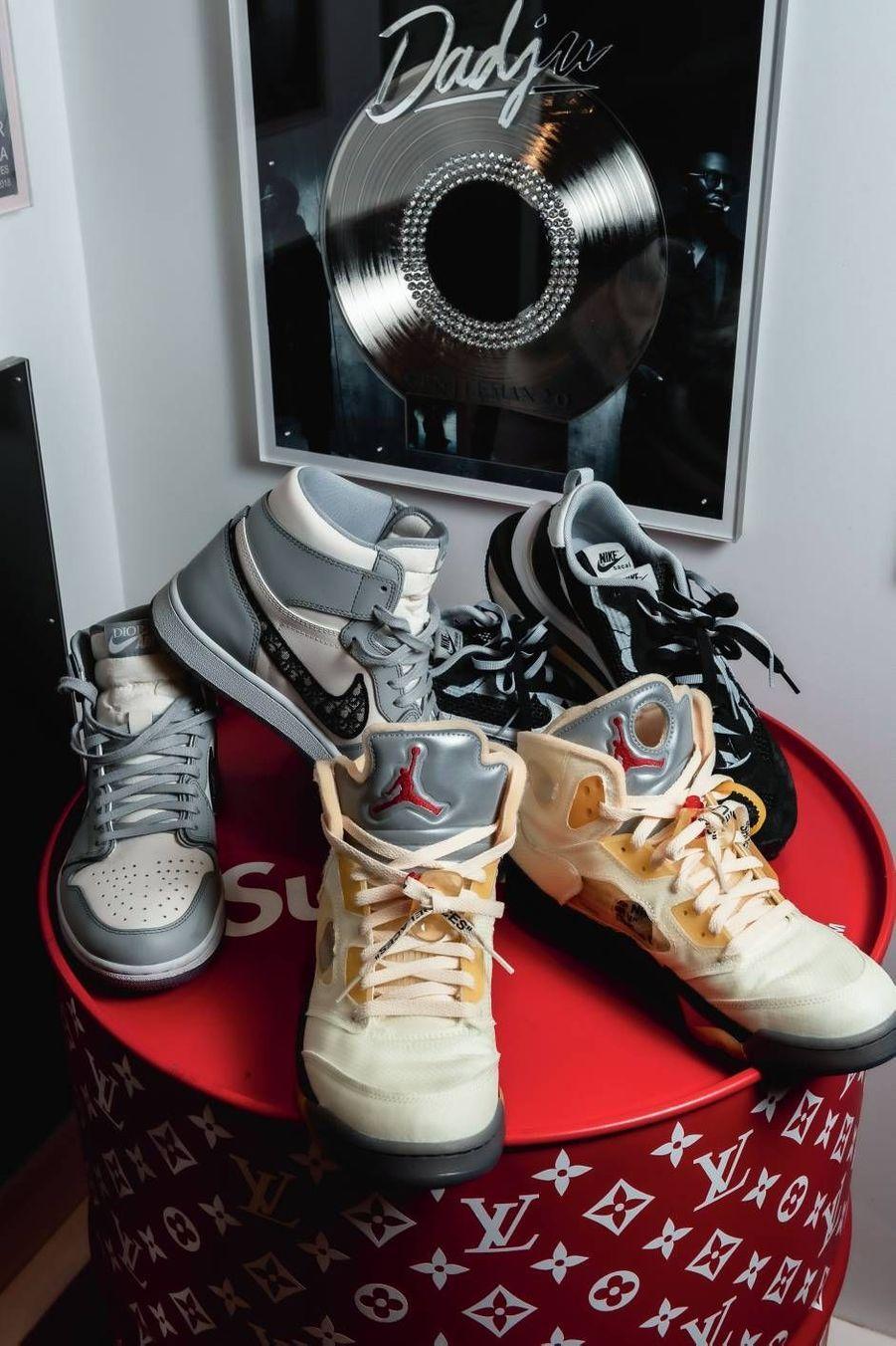 Air Jordan 1 Dior, Off-White x Air Jordan 5 Retro Sail, Nike Vaporwaffle Sacai... Sneakers addict, Dadju possède tous les modèles collectors du moment.