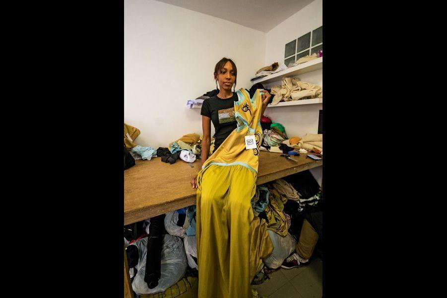 La douce et belle Alia a tout installé dans sa maison : stock, showroom et atelier dirigé par l'indispensable Modou (les deux photos suivantes).