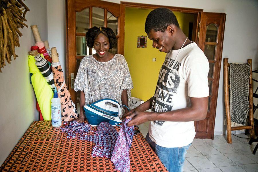 Adama, ici dans son showroom, est l'ambassadrice de la mode de tout le continent africain.