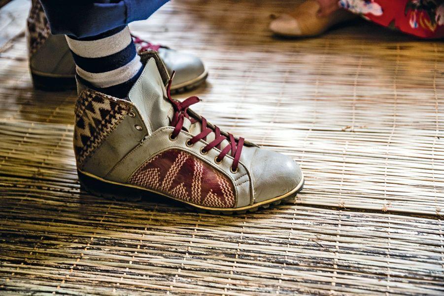 Leurs pièces uniques se vendent en Amérique et valorisent l'artisanat : superbes baskets à empiècement de cuir tressé.