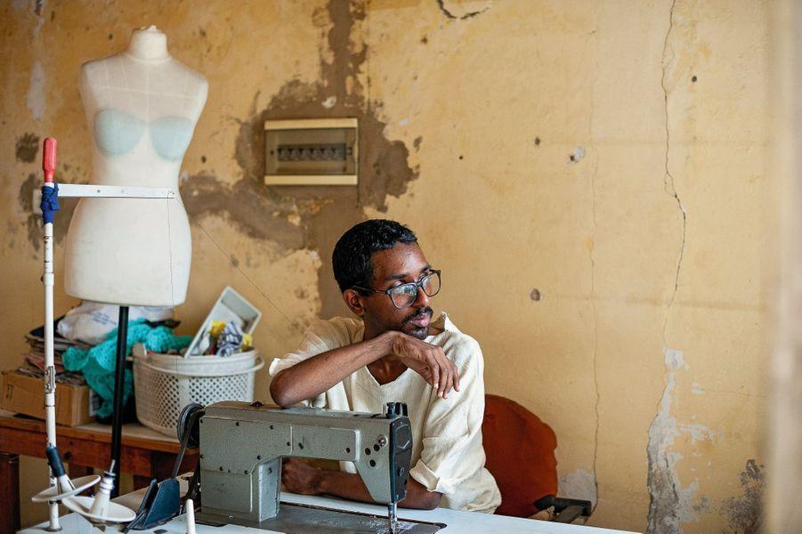 Fadel N'Diaye dans son atelier. (Voir encadré)