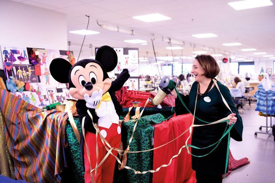 Mickey et la costume designer Isabelle Antoine bûchent sur les tenues des 35 000spectacles, parades et animations joués chaque année au parc d'attractions.