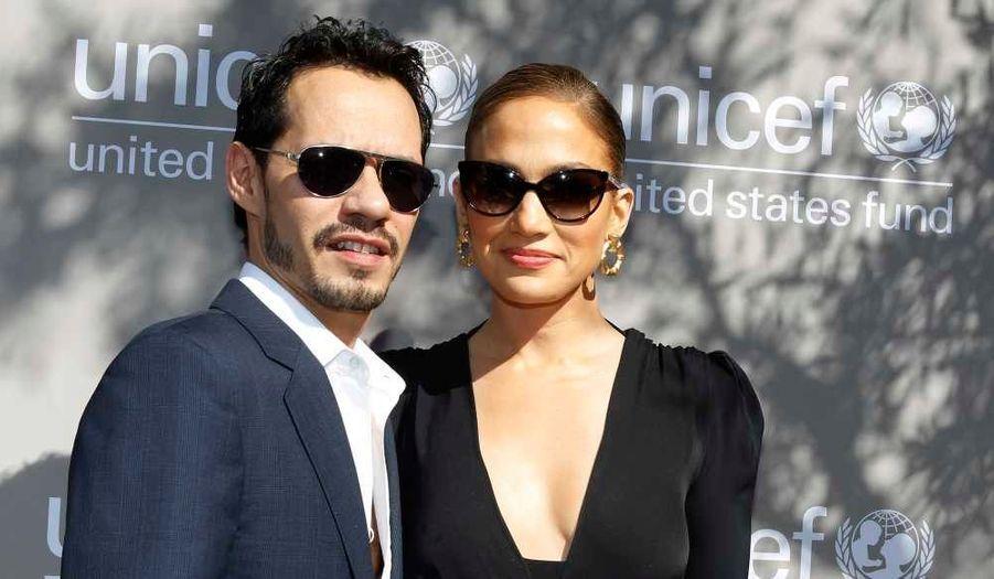 """Pour promouvoir sa nouvelle ligne de prêt-à-porter pour enfants, lancée le 18 novembre prochain à l'occasion de la Journée Universelle des droits de l'Enfant, Gucci a choisi les jumeaux de Jennifer Lopez. Sur la nouvelle campagne de pub de la marque de luxe, la """"bomba Latina"""" pose avec ses jumeaux, Max et Emme."""