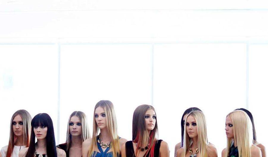 Les mannequins attendent d'être photographiés après le show Lisa Ho.