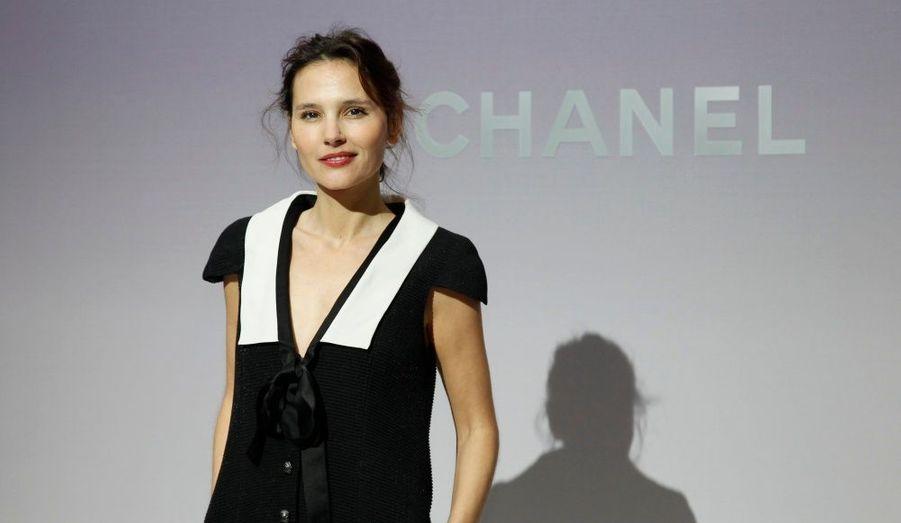 Incontournable rendez-vous mode, la Fashion Week parisienne attire de nombreuses personnalités. Focus sur le «front-row» des prestigieuses maisons françaises. Ci-contre Virginie Ledoyen au défilé Chanel, organisé au Grand Palais.