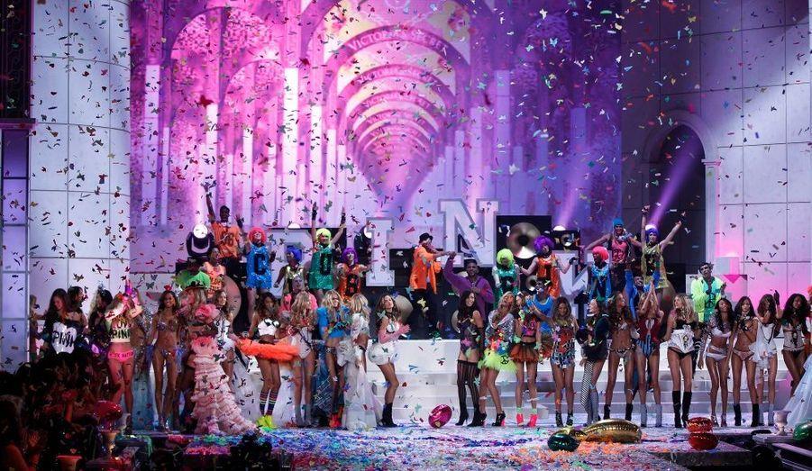 """Les Anges de """"Victoria's Secret"""" ont magnifié le 69th Lexington Armory de New York pour le seizième défilé annuel de la marque de lingerie américaine. Le mannequin Candice Swanepoel a ouvert le bal avec le thème «Ballet», puis le chanteur Kanye West a enchanté la démarche d'Alessandra Ambrosio, avant de convier son acolyte Jay-Z pour un duo. «Super Angels», «Passion», «Angels Aquatic», «I Put a Spell on You» et «Club Pink» ont cadencé la soirée, pétillante avec Nicki Minaj. Le chanteur des Maroon 5, Adam Levine a donné un doux baiser à sa compagne Anne Vyalitsyna, qui a brillé auprès de Doutzen Kroes, Adriana Lima, Karlie Kloss. Fabuleuse, Miranda Kerr a défilé avec le Fantasy Bra, soutien-gorge de luxe le plus cher du monde."""
