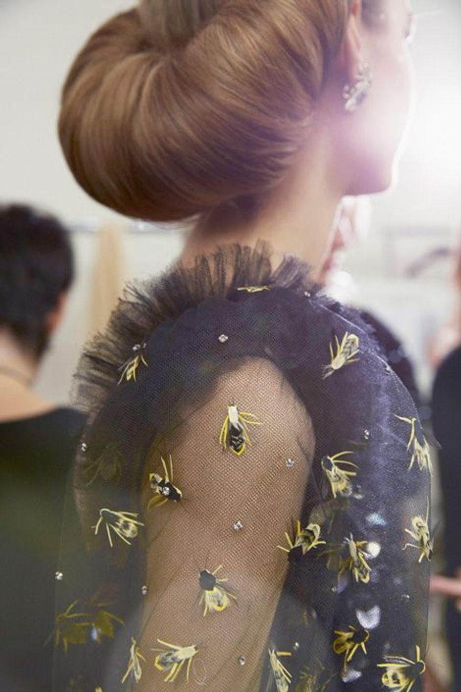 Robe en tulle de soie brodée, parsemée de sequins et d'abeilles en plumes et strass. Boucles d'oreilles insectes en métal, nacre et pierre naturelle.