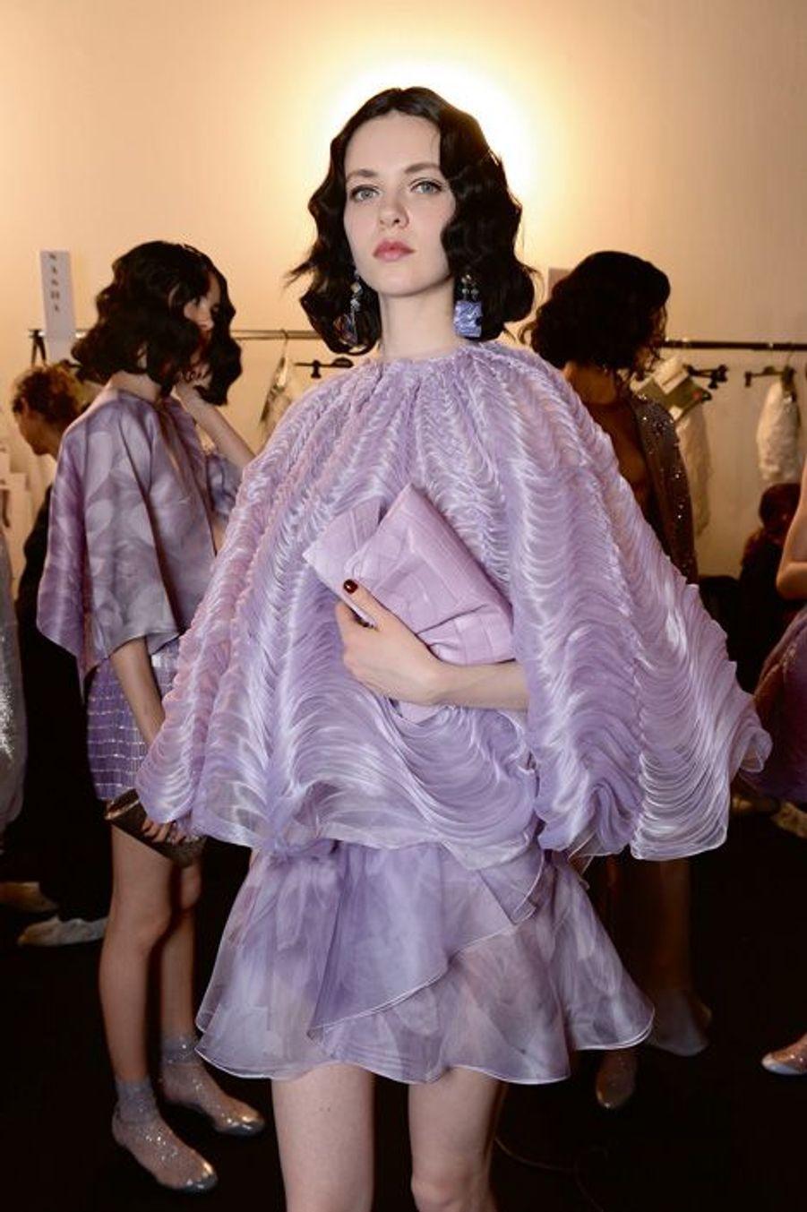 Cape en organdi de soie drapée et jupe en gaze imprimée.