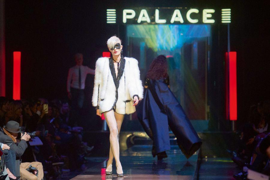Veste de crooner marabout blanc à col et rayures de jais pour une évocation d'Edwige, la « reine des punks ».