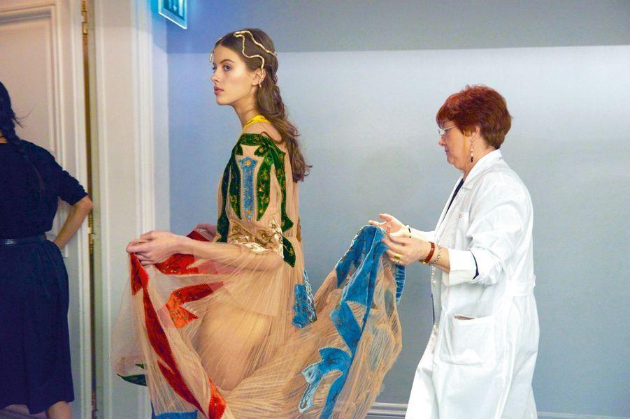 Robe rebrodée de velours travaillé à la technique Fortuny (tampons en bois imprégnés de poudre d'or ou d'argent).