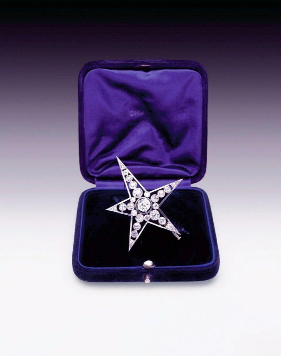 Une étoile est née Elle avait un flair incomparable pour détecter ce qui allait plaire aux femmes. Gabrielle Chanel présenta en 1932 sa première collection en platine et diamants. « J'ai choisi le diamant, parce qu'il représente, avec sa densité, la valeur la plus grande sous le plus petit volume. » C'est aussi parce que, en pleine période de récession, l'Union des diamantaires le lui avait demandé. Comètes, constellations, rubans… Les bijoux de Mademoiselle donnèrent à arborer une allure et un porter différents. En 1993, la marque au double C l'exploitera en créant un département joaillerie. Telle une réminiscence contemporaine de 1932, retenons cette boucle d'oreille en diamants et perles infiniment stylée. 8 800 euros