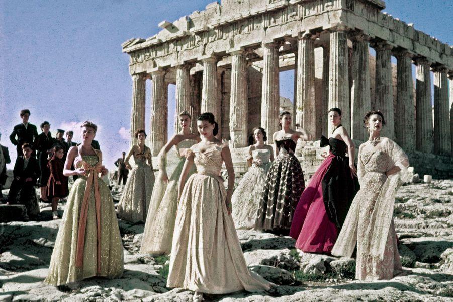 Christian Dior bâtit son mythe : présentation de sa collection au Parthénon, à Athènes, en 1951.