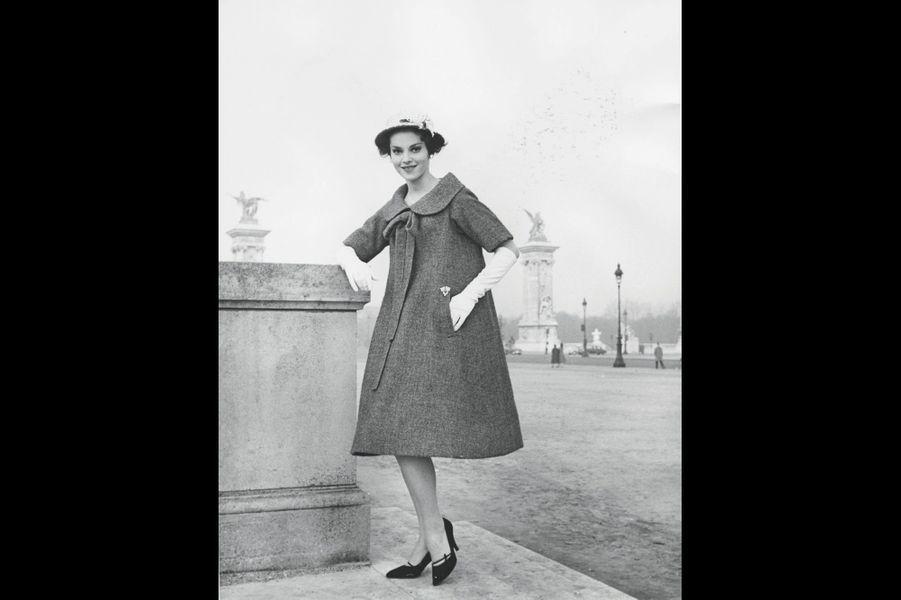 Yves Saint Laurent : Liberté chérie « Bonne Conduite », c'est le nom que le très jeune Yves Saint Laurent, 21 ans, donne à cette robe. Ainsi s'exprime toute l'ambiguïté de l'ingénue d'après-guerre, fausse enfant sage. Après la mort brutale de Christian Dior, Saint Laurent s'affirme dans son rôle à la tête de la maison Dior. Il est le nouveau couturier qui compte. Cette robe marque un moment fort dans l'histoire de la mode. Sa forme triangulaire en fait le modèle phare de la collection « Trapèze », qui annonce les années 1960 et leur quête de liberté. « Bonne Conduite », collection haute couture printempsété 1958, Christian Dior par Yves Saint Laurent.