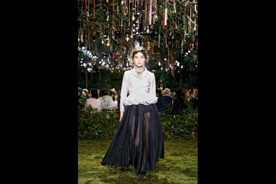 Maria Grazia Chiuri : Femme je vous aime La relecture du tailleur « Bar » par Maria Grazia Chiuri. C'est l'exercice obligé pour qui entre dans la légende Dior. Avec sa première collection, la créatrice italienne revisite le célèbre modèle de 1947 avec un tissu très léger, un organdi fluide qu'elle bouillonne pour évoquer la rigidité des anciennes basques. Une prouesse. Mais puisque les femmes d'aujourd'hui portent des pantalons, elle utilise la jupe-culotte, en transparence, pour la modernité. Romantisme, fluidité, la marque de fabrique de Maria Grazia Chiuri. Pour des vêtements très stylisés, mais faciles à porter. « Rêve infini », collection haute couture printemps-été 2017, Christian Dior par Maria Grazia Chiuri.