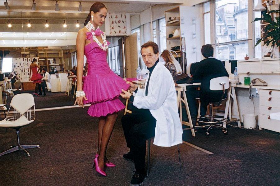 Marc Bohan, directeur artistique de Dior de 1960 à 1989, a fêté les 40 ans de la maison, le 2 février 1987.
