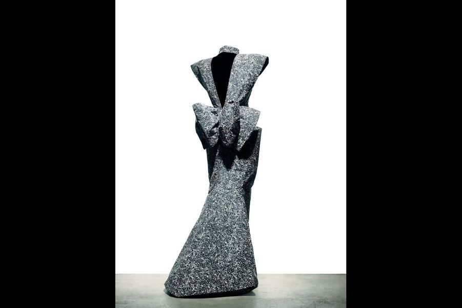 Marc Bohan Femme des années 1980 Des épaules, une taille affirmée, une féminité dynamique… Pas de doute, la femme selon Marc Bohan est une femme d'action. L'imprimé s'inspire du dripping de Jackson Pollock, le peintre américain de la modernité. Mais cette robe-tableau est aussi, par sa coupe, une robe-sculpture, un chef-d'oeuvre de la haute couture. Et un clin d'oeil à la première vocation de monsieur Dior : l'architecture. Collection haute couture automne-hiver 1986, Christian Dior par Marc Bohan.