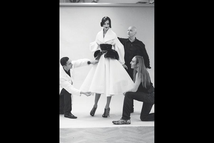 John Galliano, chez Dior de 1997 à 2011, pendant un essayage pour la collection automne-hiver 2008.