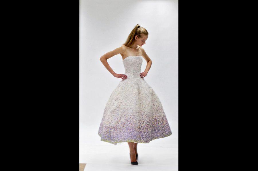 Raf Simons : Impression Miss Dior Ce chef-d'oeuvre composé de milliers de pétales de mousseline, seule la haute couture peut le rendre possible. Au prix de centaines d'heures de travail dans les ateliers… Mais la performance, c'est aussi de ne jamais montrer l'effort. Ce modèle est touchant par sa fragilité, qui lui donne un grand romantisme. La robe-bustier Miss Dior de 1949 avait un côté impressionniste ; celle de Raf Simons est pointilliste et vibrante. Robe haute couture automne-hiver 2012, Christian Dior par Raf Simons.