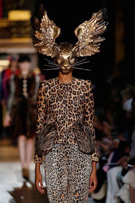 Schiaparelli Féline et divine à l'image d'Elsa Schiaparelli, qui adorait les imprimés léopard et les peintures surréalistes de son ami Dali. Le masque est signé Stephen Jones.