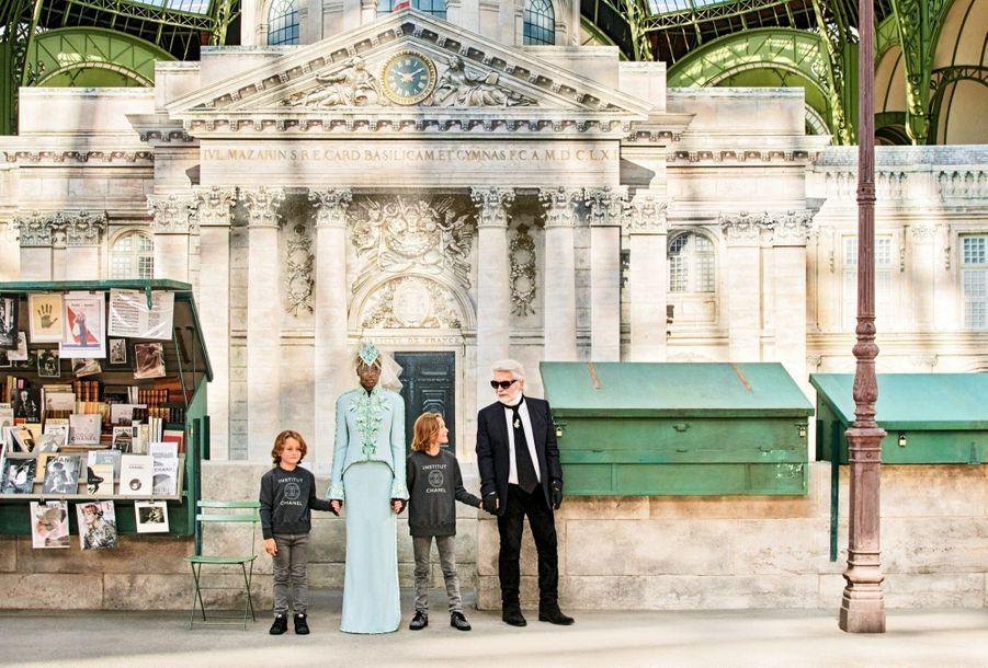 Chanel : Une mariée façon immortelle ! L'hommage à l'Académie est signé Karl Lagerfeld et porté par le mannequin Adut Akech. A leurs côtés, le filleul de Karl, Hudson Kroenig (au centre), et son frère, Jameson.