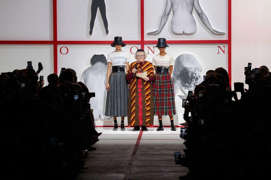 L'artiste italienne féministe Tomaso Binga ouvre le bal. C'est elle qui a agencé le défilé.