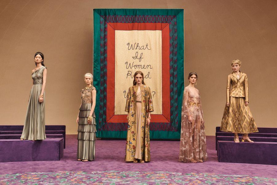 Défilé Dior haute couture printemps été 2020 : Les mannequins ont déambulé parmi d'immenses bannières en velours brodées main qui interrogent l'assistance : « Et si les femmes dirigeaient le monde ? », « La Terre serait-elle protégée ? », « Les femmes âgées seraient-elles vénérées ? »… Ces 21 étendards ont été créés en Inde à l'école de broderie Chanakya soutenue par Dior.