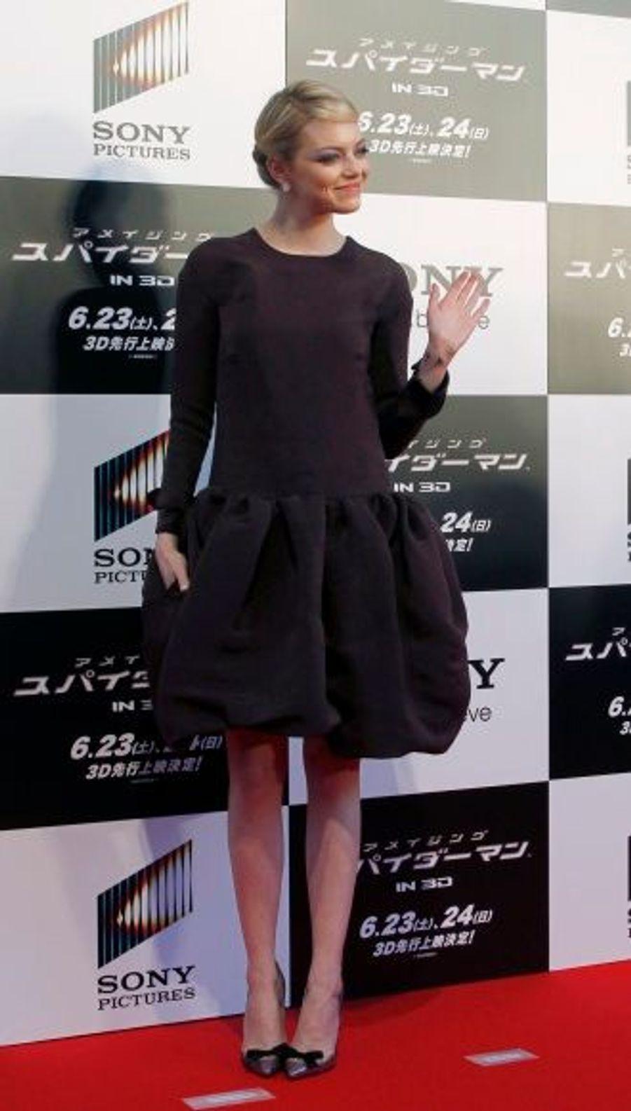 Pour l'avant-première mondiale au Japon, la jolie blonde était drapée d'une robe Rochas.