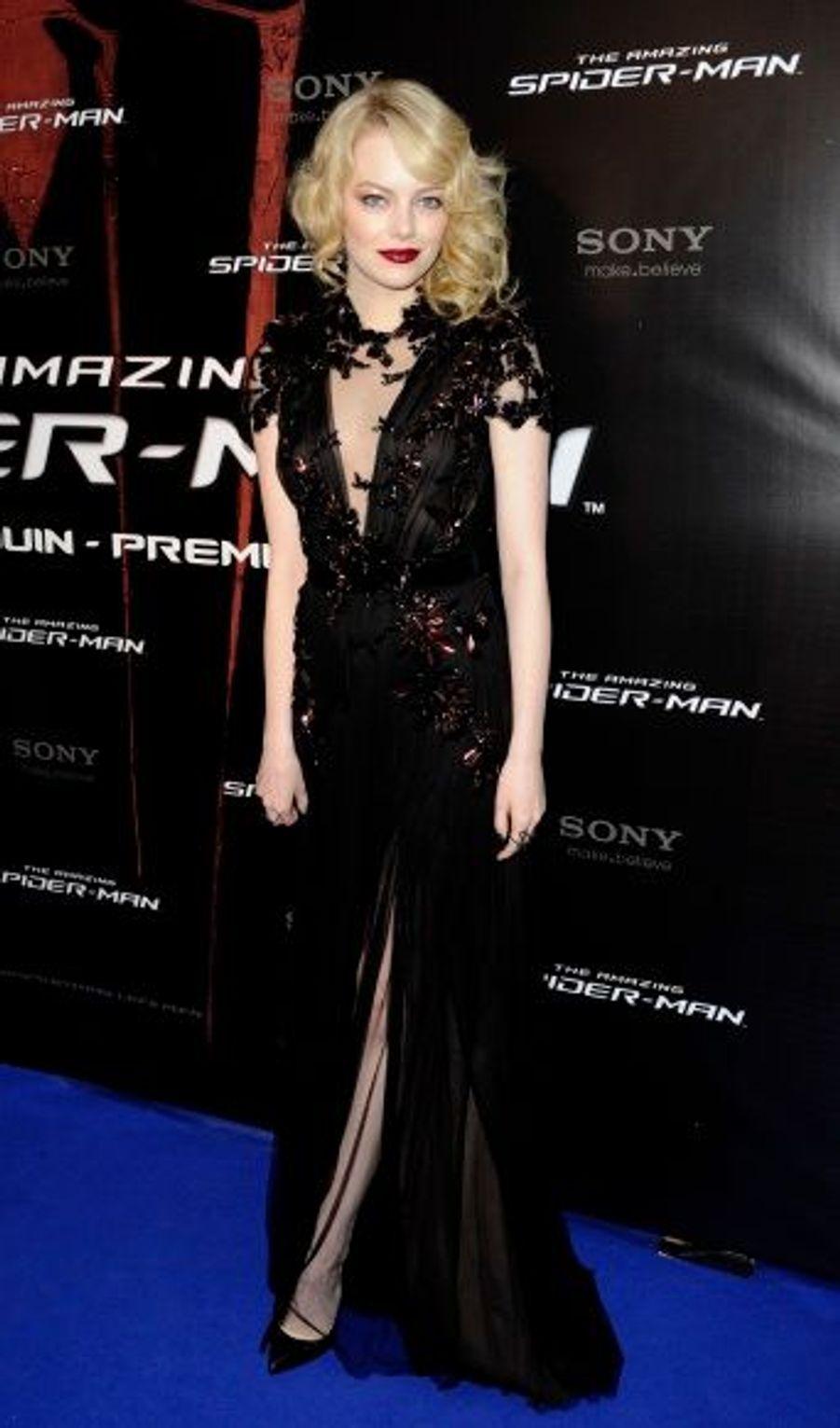 Le 19 juin, à Paris. Devant le Grand Rex, elle était drapée dans une robe Gucci. Une tenue accessoirisée avec une minaudière Cartier, des bijoux Repossi et des escarpins Louboutin.