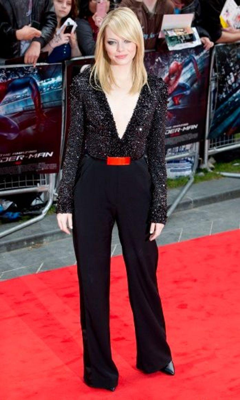 Le 18 juin, Londres. Vêtue d'une combinaison noire Elie Saab, Emma Stone portait des bijoux Van Cleef & Arpels.