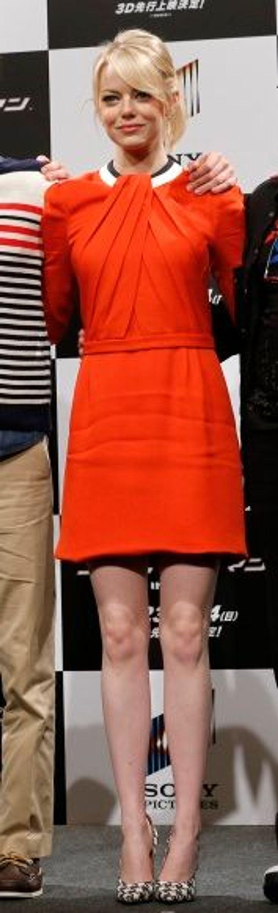 Le 13 juin, Tokyo. En conférence de presse, elle était vêtue d'une robe orangée Rue du Mail.