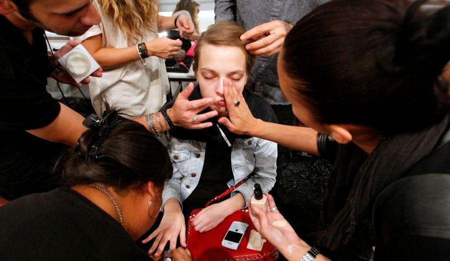 Pas moins de cinq personnes sont à l'ouvrage pour coiffer, maquiller et assurer la manucure de ce top model, pour être dans les temps. (Défilé Honor)