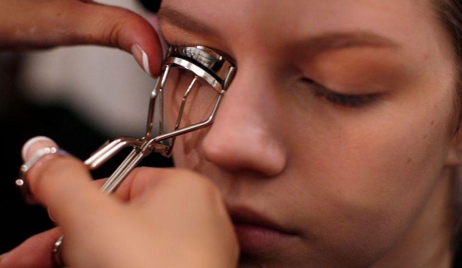 Le travail sur les yeux des modèles commence avec les recourbe-cils. (Défilé Richard Chai)