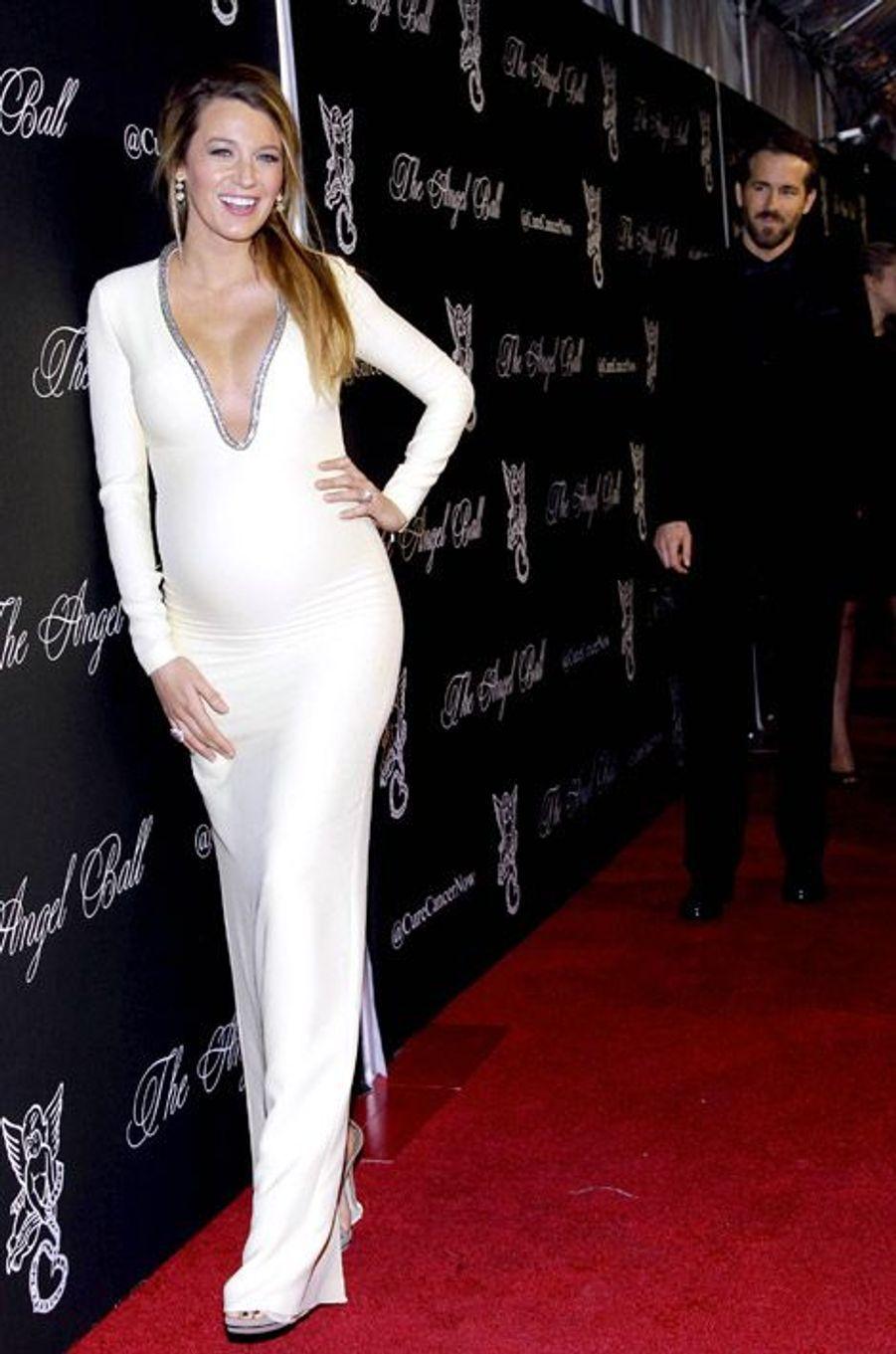 L'actrice Blake Lively en Gucci Première et son mari, Ryan Reynolds, lors d'un gala de charité le 20 octobre 2014