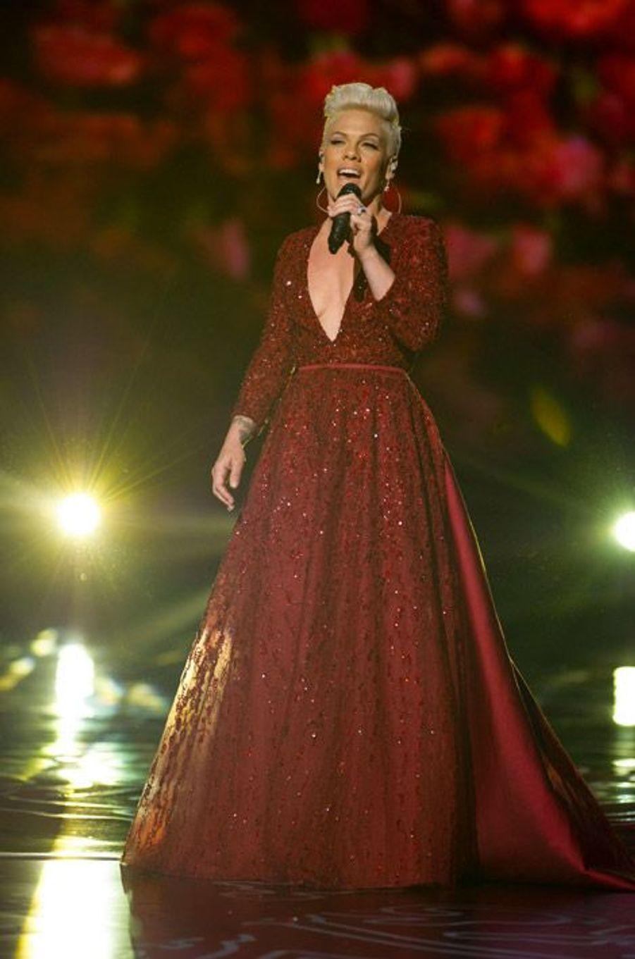 La chanteuse Pink en Elie Saab sur scène lors de la cérémonie des Oscars, le 2 mars 2014