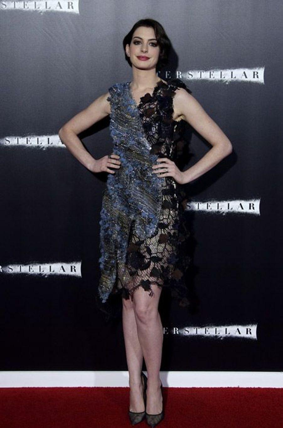 """L'actrice Anne Hathaway en Rodarte lors de la première du film """"Interstellar"""" à New York, le 3 novembre 2014"""