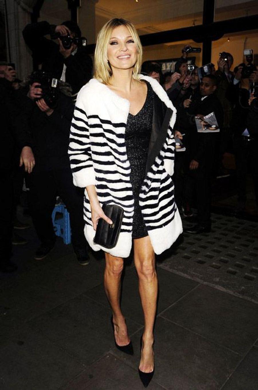 """Kate Moss lors d'une séance de dédicace organisée pour le magazine """"Playboy"""" pour lequel elle a posé, à Londres, le 2 décembre 2013"""