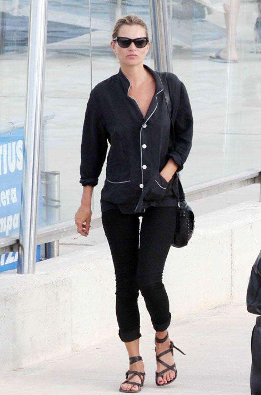 La chemise destructurée: Kate Moss à Formentera, en Espagne, le 19 août 2014