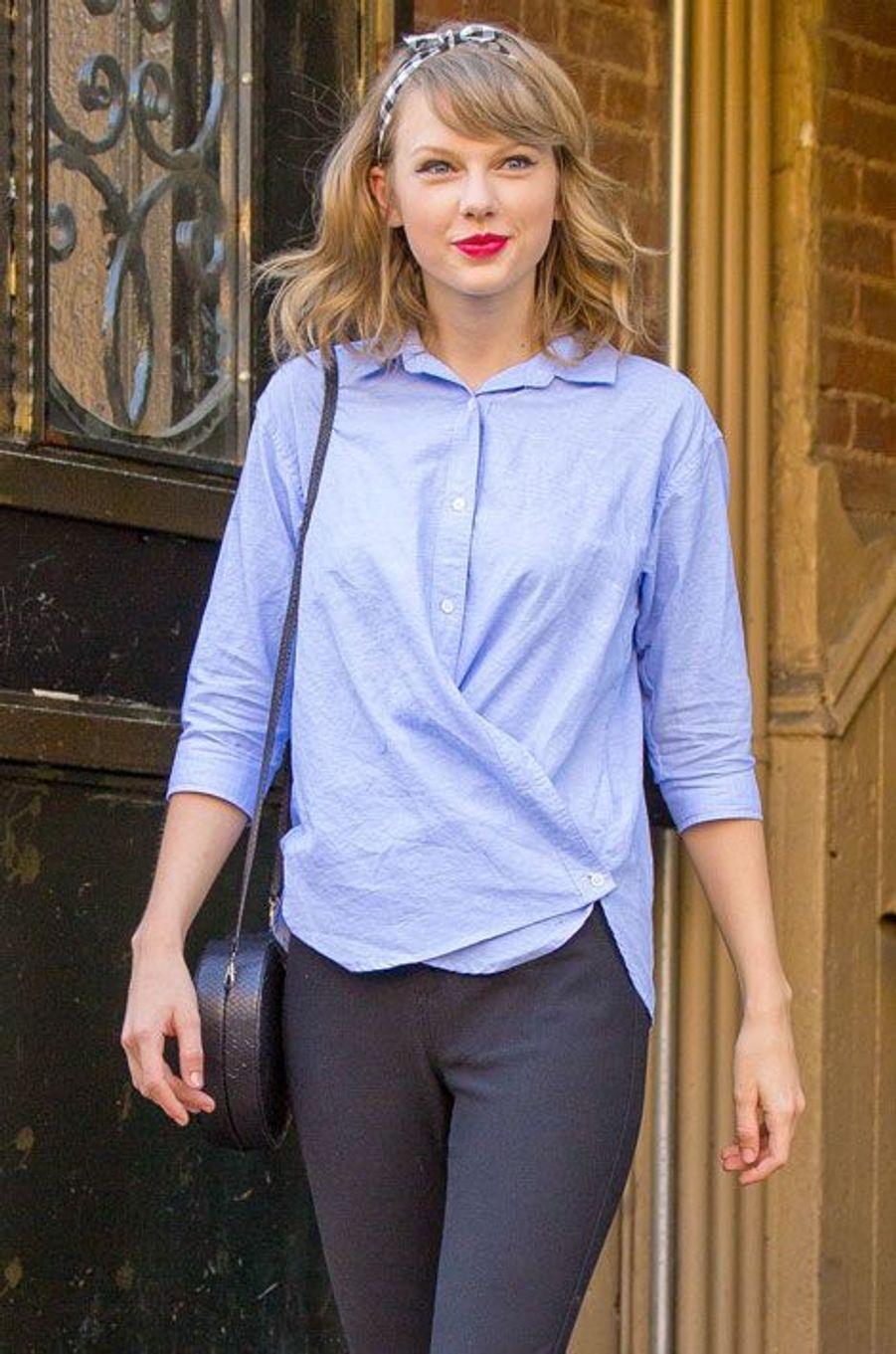 La chemise déstructurée : la chanteuse américaine Taylor Swift à New York, le 17 juin 2014