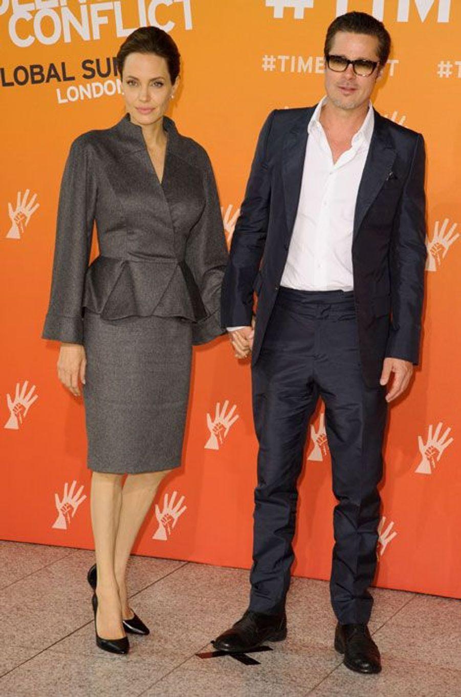 La chemise faussement classique : Angelina Jolie en Atelier Versace à Londres, le 13 juin 2014
