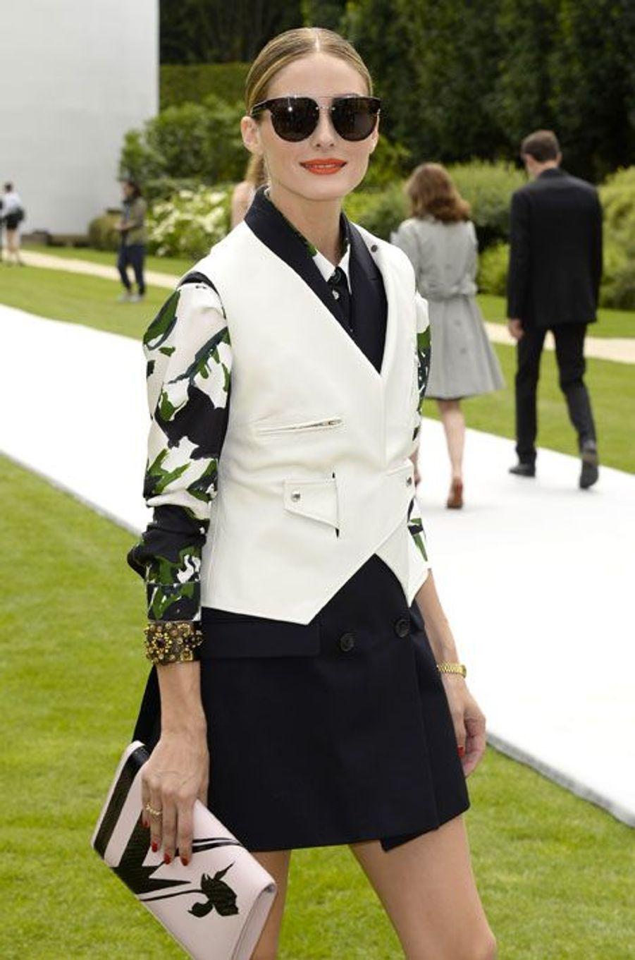 La chemise faussement classique : Olivia Palermo à Paris lors du défilé Dior Haute Couture automne-hiver 2014-2015, le 7 juillet 2014