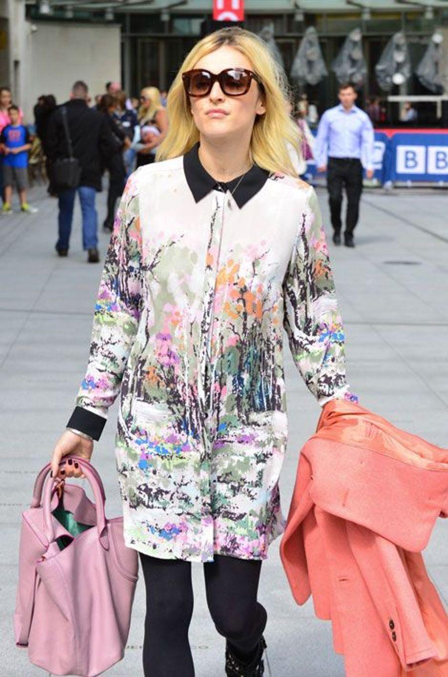 La robe-chemise : la journaliste anglaise Fearne Cotton à Londres, le 2 septembre 2014