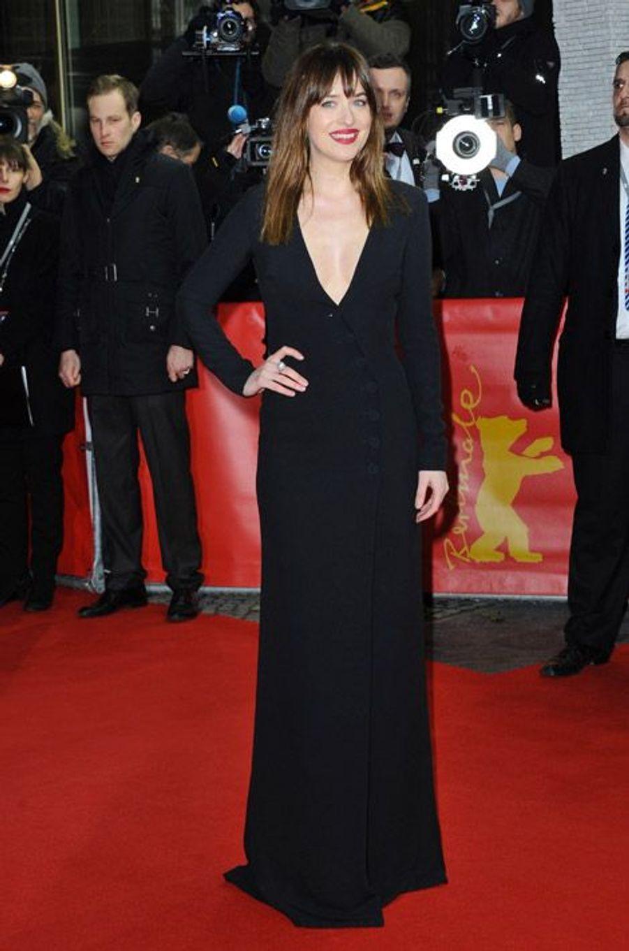 """L'actrice star de """"50 Nuances de Grey"""" en Christian Dior pour la première du film à Berlin, le 11 février 2015"""